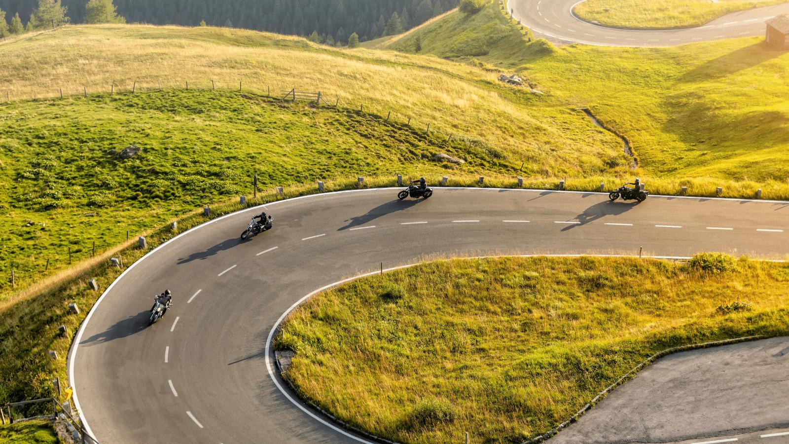 Motoristas en carretera con intercomunicadores